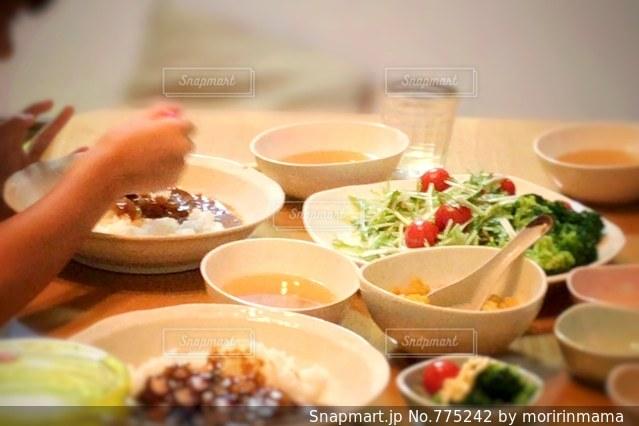 テーブルの上に食べ物のボウルの写真・画像素材[775242]