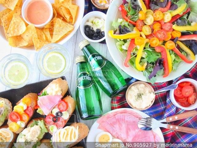 テーブルの上に食べ物のトレイの写真・画像素材[905927]