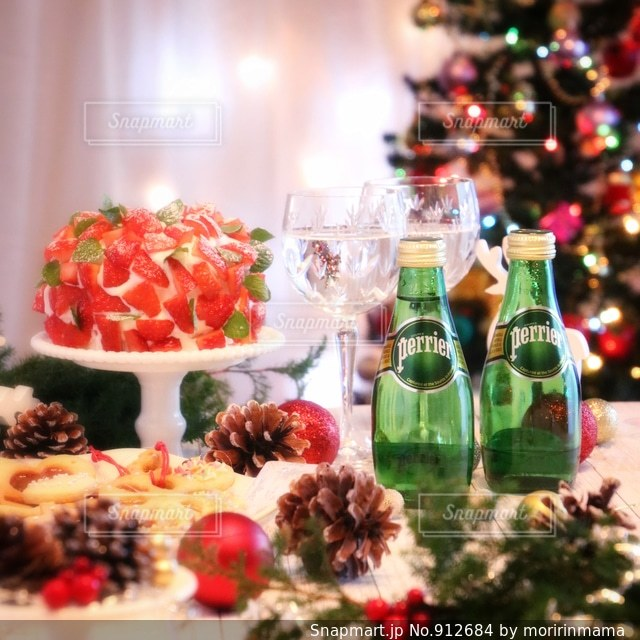 テーブルに飾られたケーキの写真・画像素材[912684]