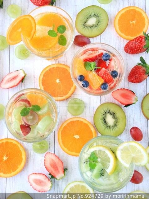 テーブルの上に食べ物の多くの異なる種類の写真・画像素材[924729]