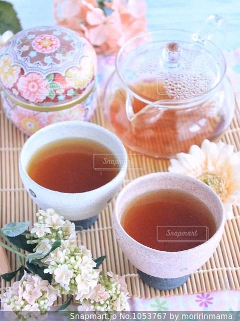 テーブルの上のコーヒー カップの写真・画像素材[1053767]
