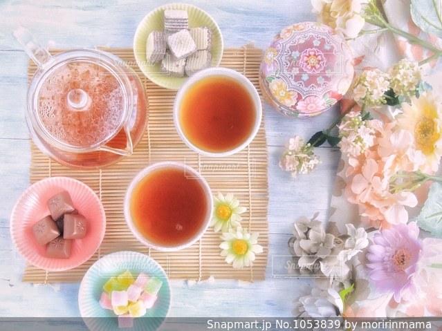 食品やコーヒー テーブルの上のカップのプレートの写真・画像素材[1053839]