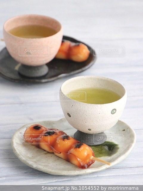 食品とコーヒーのカップのプレートの写真・画像素材[1054552]