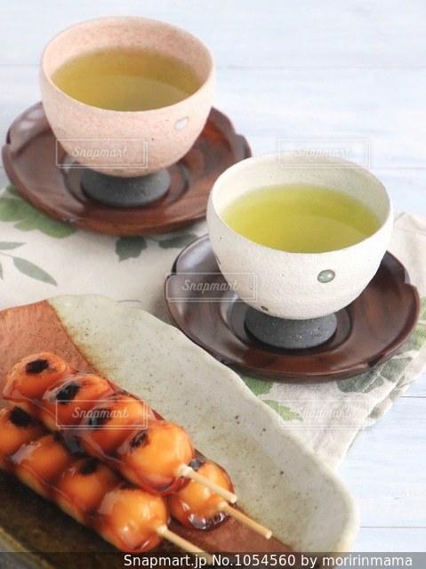 食品とコーヒーのカップのプレートの写真・画像素材[1054560]