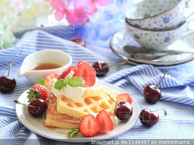 テーブルの上に食べ物のプレートの写真・画像素材[1146497]