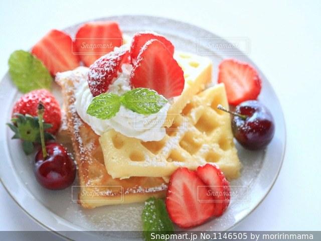 皿の上の果物とケーキの写真・画像素材[1146505]