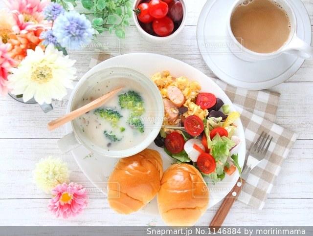 テーブルの上に食べ物のボウルの写真・画像素材[1146884]