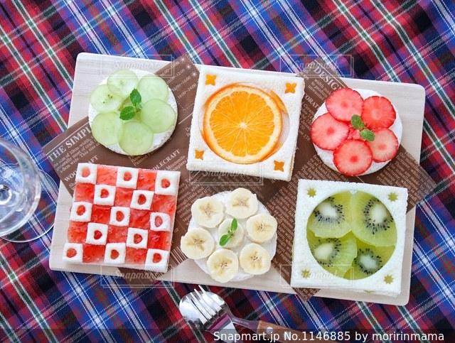 テーブルの上に食べ物の写真・画像素材[1146885]