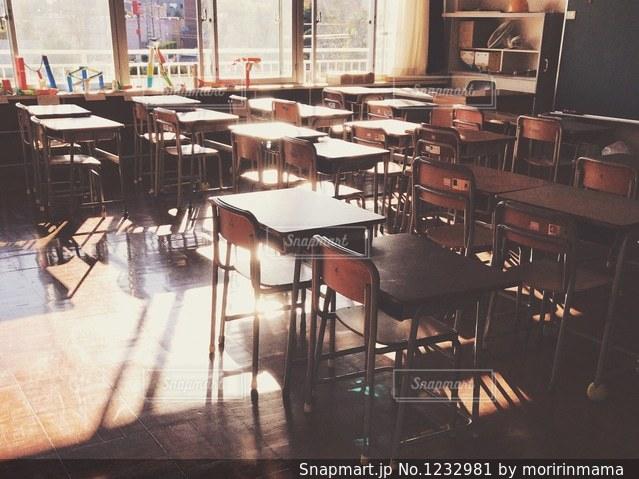 ダイニング ルームのテーブルの写真・画像素材[1232981]