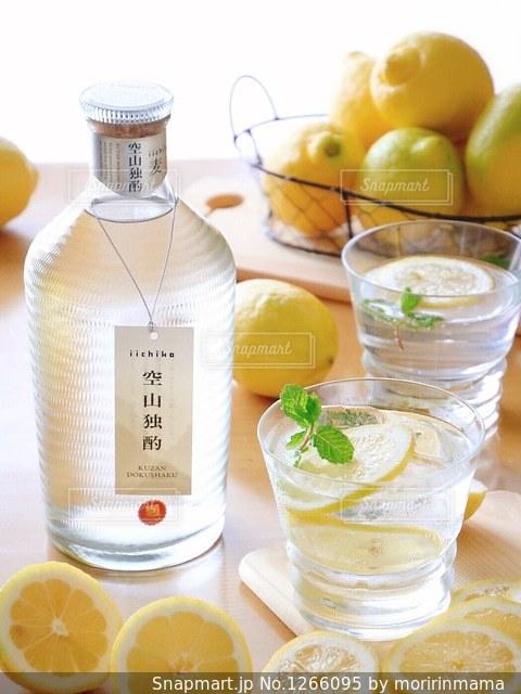 食品とオレンジ ジュースのガラスのプレートの写真・画像素材[1266095]