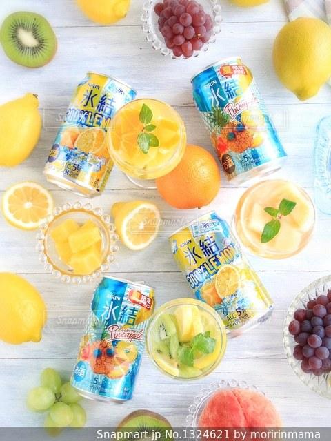 氷結レモンとパイナップルの写真・画像素材[1324621]