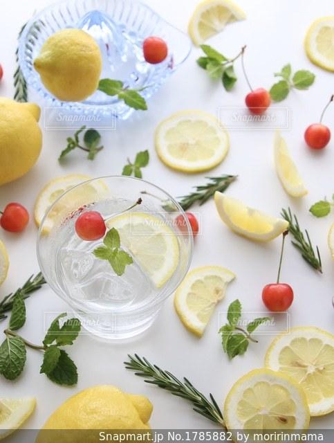 焼酎の水割りレモンの写真・画像素材[1785882]