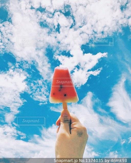 オレンジと白の雲の写真・画像素材[1374035]
