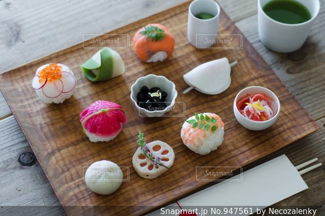 木製のまな板の上に食べ物の写真・画像素材[947561]