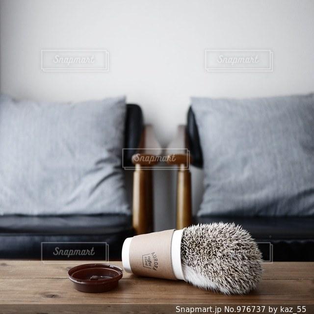 ベッドの上に座ってヒグマの写真・画像素材[976737]