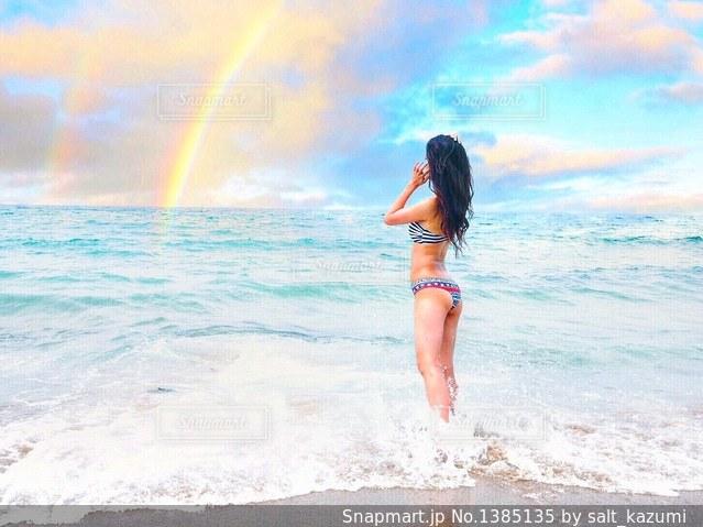 ビーチに立っている女性の写真・画像素材[1385135]