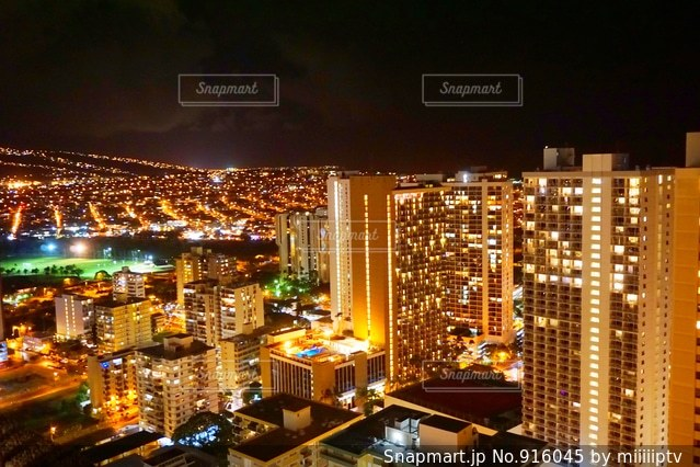 夜の街の景色の写真・画像素材[916045]