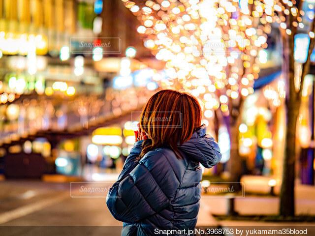 通りを歩いている女性の写真・画像素材[3968753]