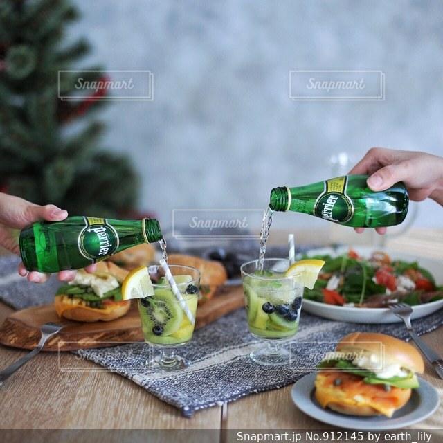 食事のテーブルに座っている女性の写真・画像素材[912145]