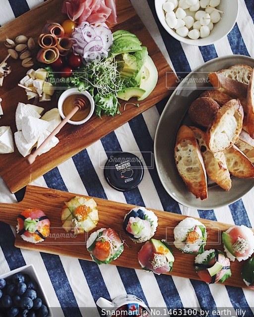 テーブルの上に食べ物の写真・画像素材[1463100]