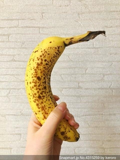 バナナを握る女性の手の写真・画像素材[4315259]