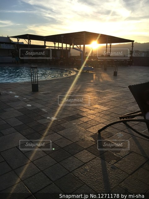 水の体に沈む夕日の写真・画像素材[1271178]