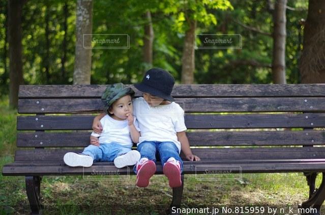 公園のベンチに座っている女性の写真・画像素材[815959]