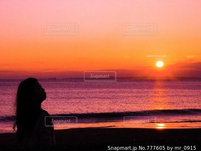 水の体に沈む夕日の写真・画像素材[777605]