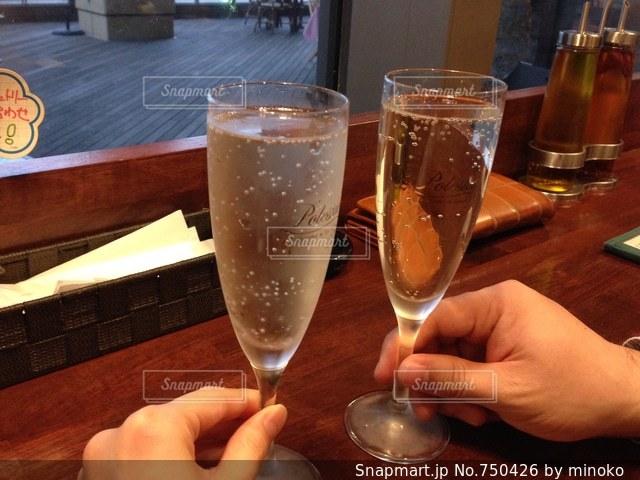 ワインのグラスを持っている手の写真・画像素材[750426]
