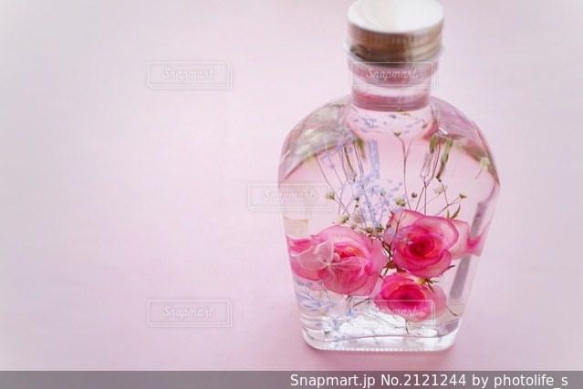 澄んだガラスの花瓶の写真・画像素材[2121244]