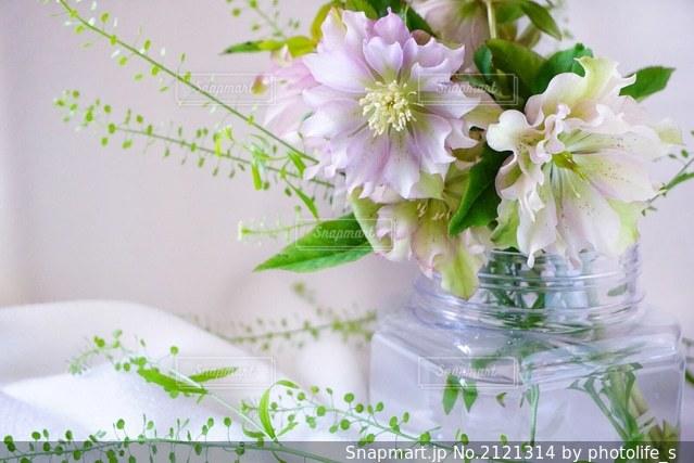 テーブルの上の花瓶に咲く花束の写真・画像素材[2121314]