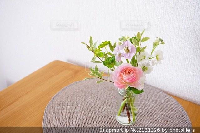 テーブルの上の花瓶に咲く花束の写真・画像素材[2121326]