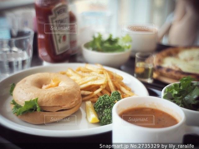 食べ物の皿とコーヒー1杯をクローズアップするの写真・画像素材[2735329]