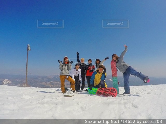 雪の中に立っている人々 のグループの写真・画像素材[1714652]