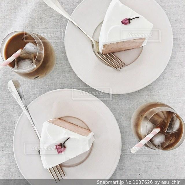 食品とコーヒーのカップのプレートの写真・画像素材[1037626]