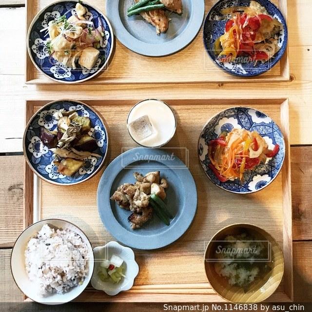 木製のテーブルの上に食べ物の束の写真・画像素材[1146838]