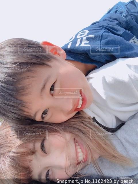 少年は横になって、カメラを見て、の写真・画像素材[1162423]