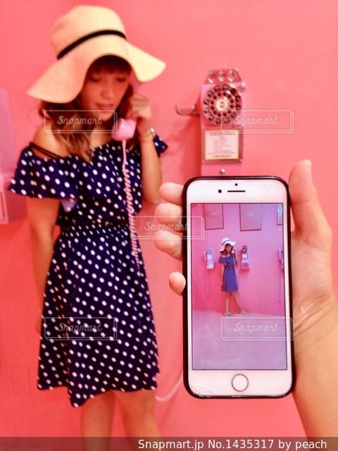 携帯電話を保持している女性の写真・画像素材[1435317]