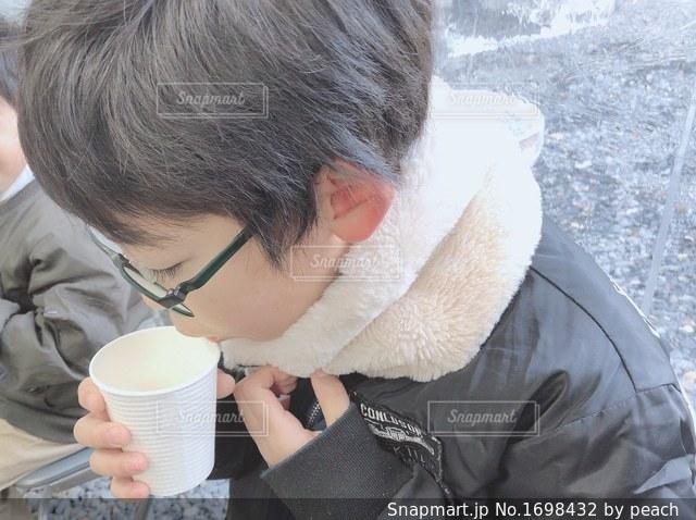 一杯のコーヒーをテーブルに着席した人の写真・画像素材[1698432]