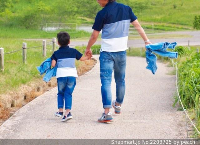 草の上に立っている小さな男の子の写真・画像素材[2203725]