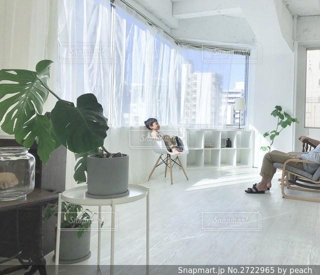 家具と大きな窓でいっぱいのリビングルームの写真・画像素材[2722965]