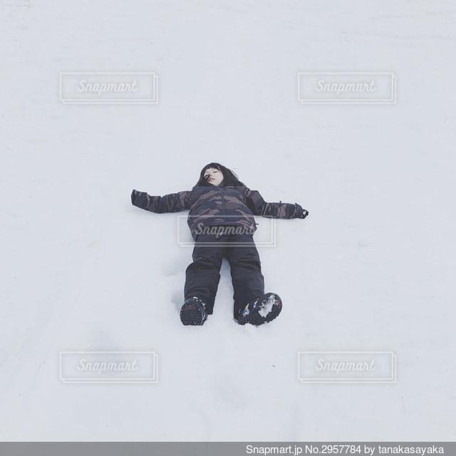 雪に寝転ぶの写真・画像素材[2957784]