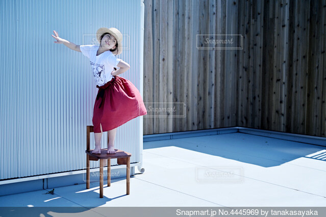 ふざけてモデルさんしてる女の子の写真・画像素材[4445969]