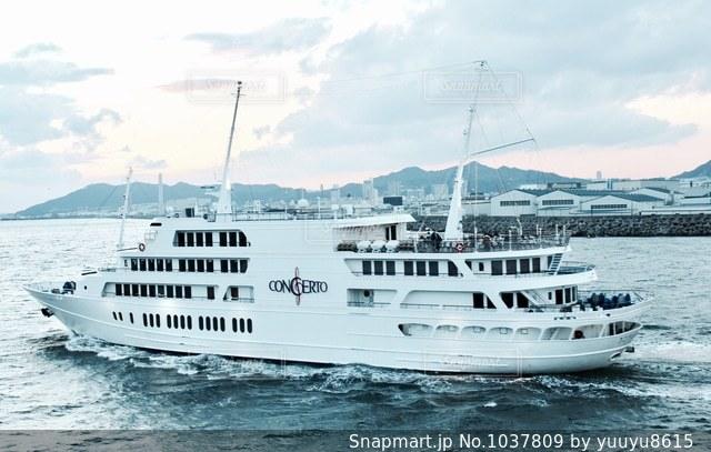 大きな白い船の写真・画像素材[1037809]