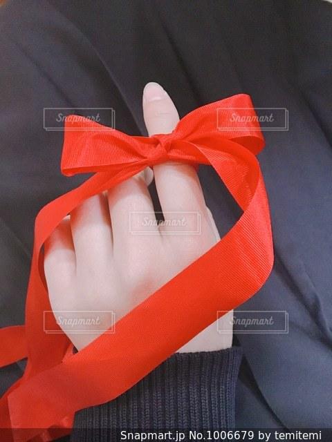 赤い帽子をかぶっている人の写真・画像素材[1006679]