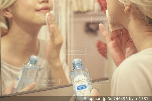 鏡の前で彼女の歯を磨く女性の写真・画像素材[746496]