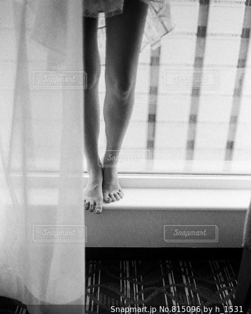 ウィンドウの前に立っている女性の写真・画像素材[815096]
