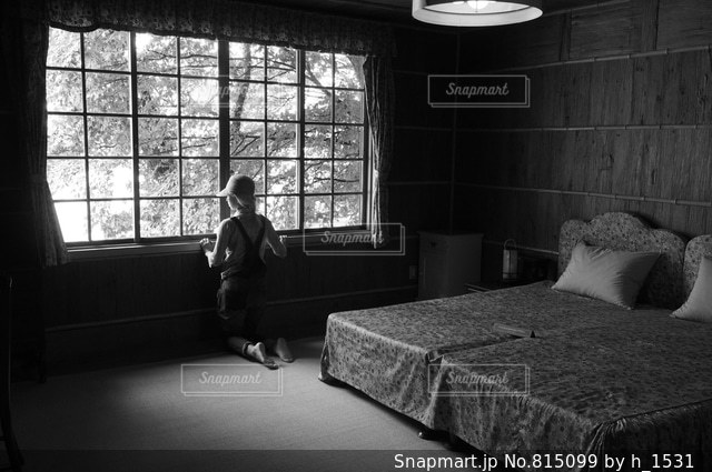 寝室、ベッドと窓の写真・画像素材[815099]