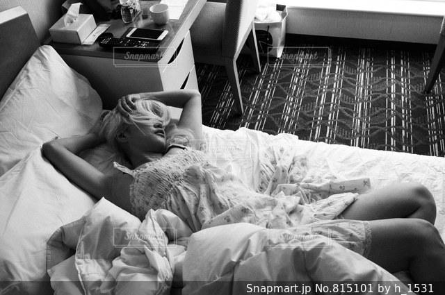 ベッドの上で眠っている人の写真・画像素材[815101]