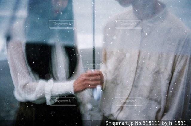雨の中で立っているカップル - No.815111